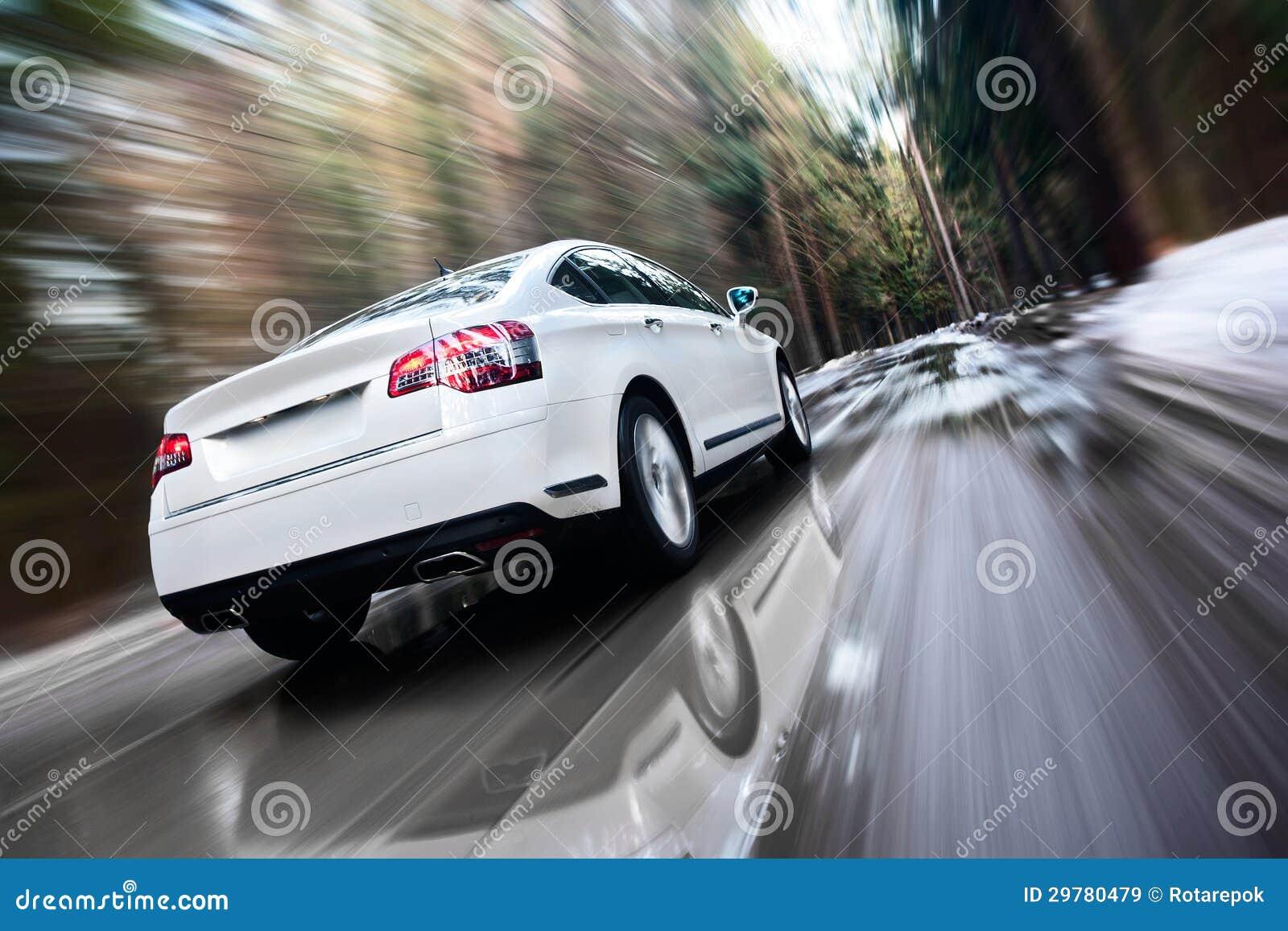 Szybki poruszający samochód