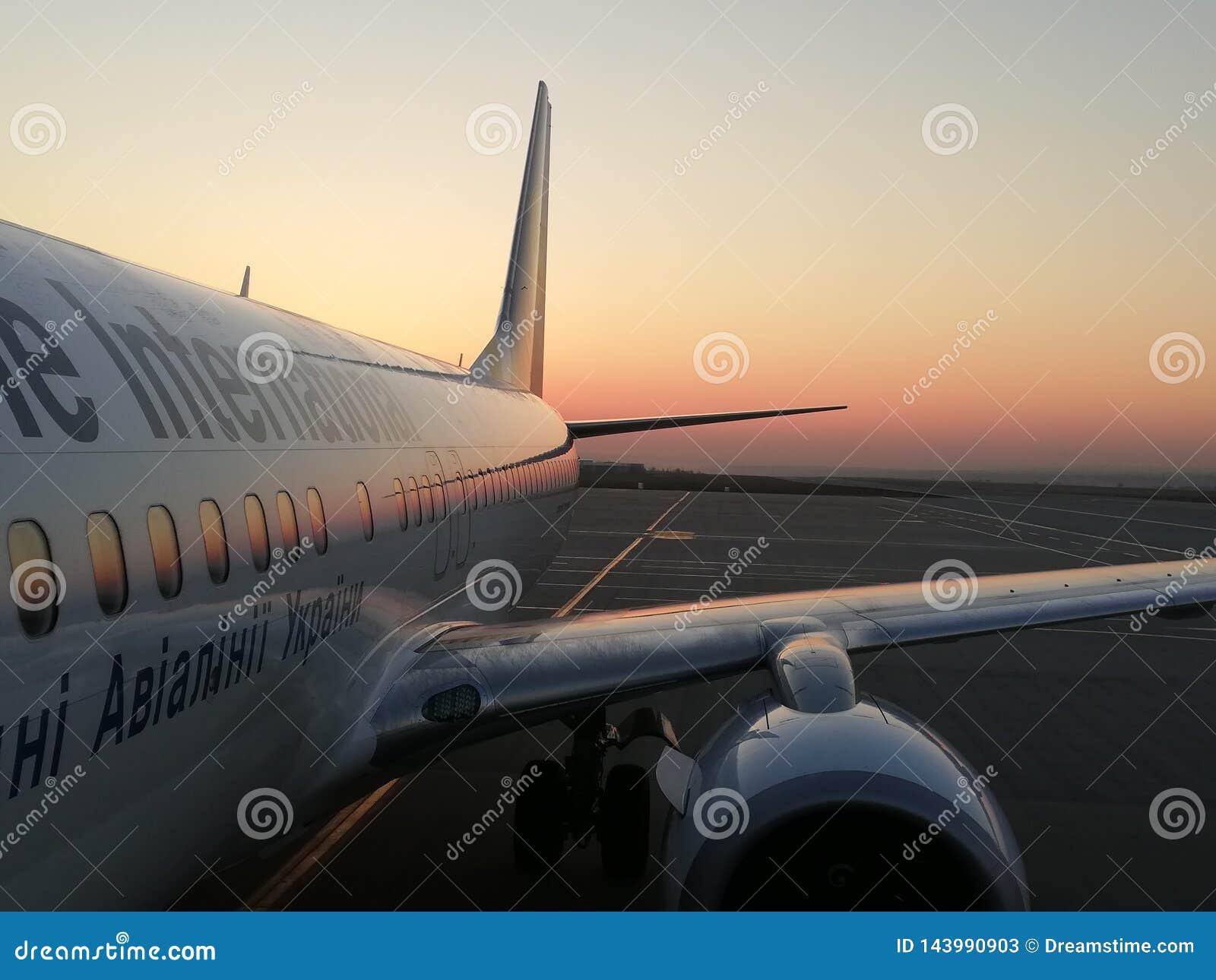 Biały samolot na tła wschód słońca