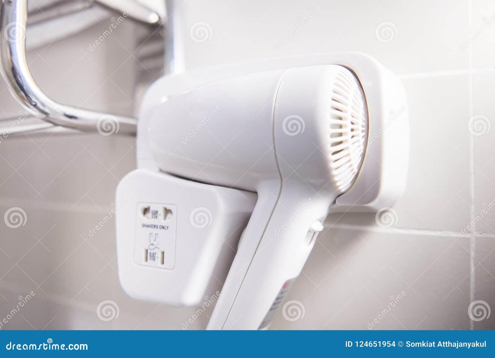 Biały Włosianej Suszarki Obwieszenie Na łazience Zdjęcie