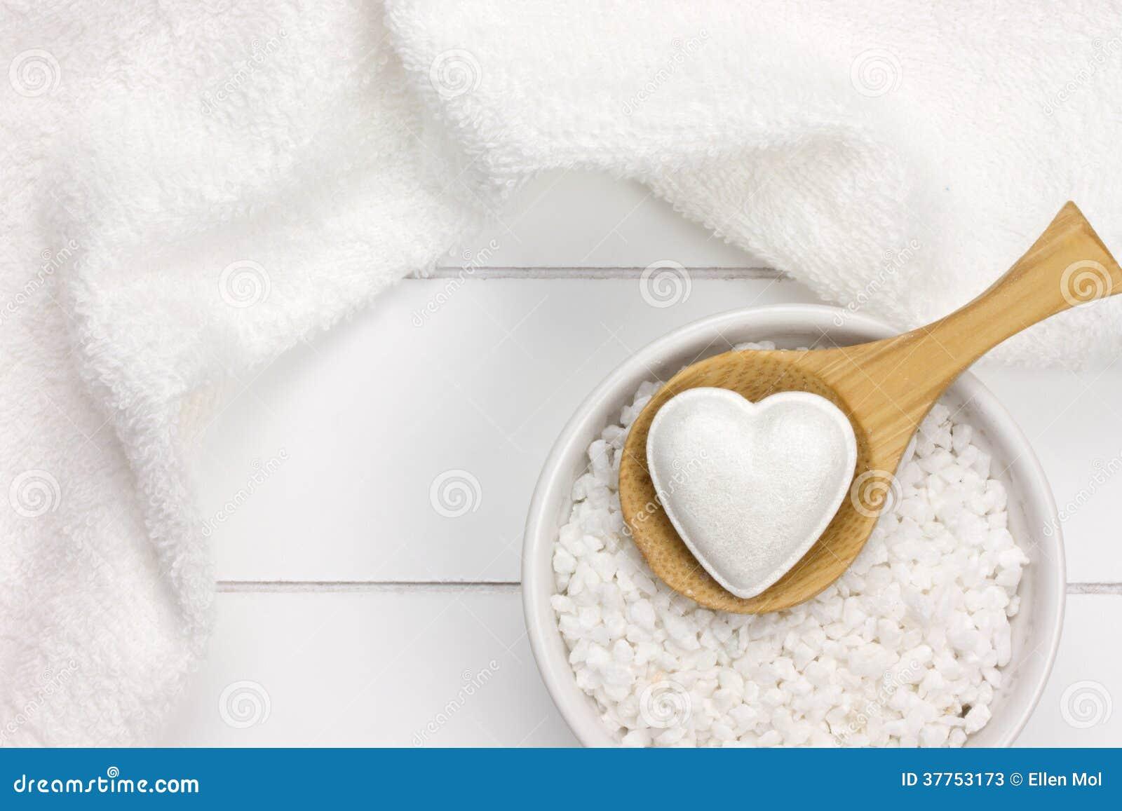 Biały wellness z kąpielową solą, skąpanie bombą i ręcznikiem,
