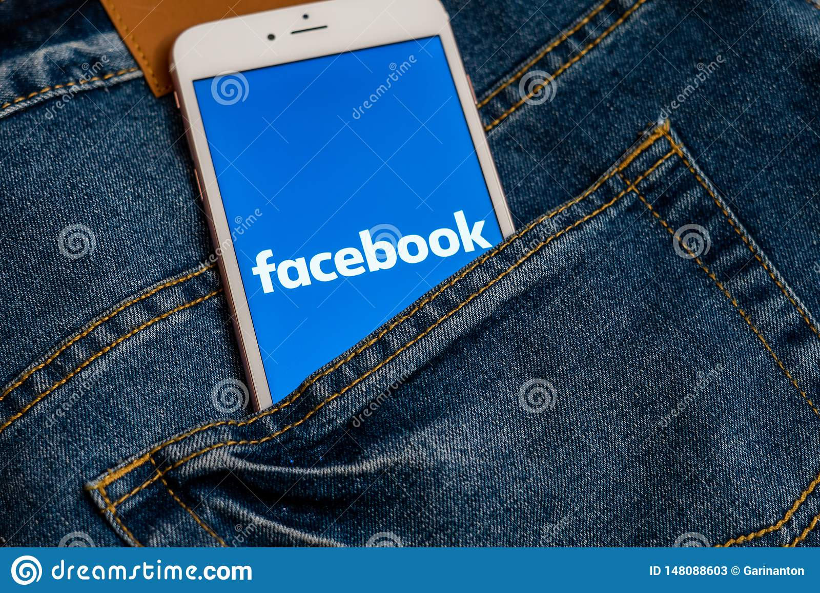 Bia?y iPhone z logo og?lnospo?eczny medialny Facebook na ekranie Og?lnospo?eczna medialna ikona