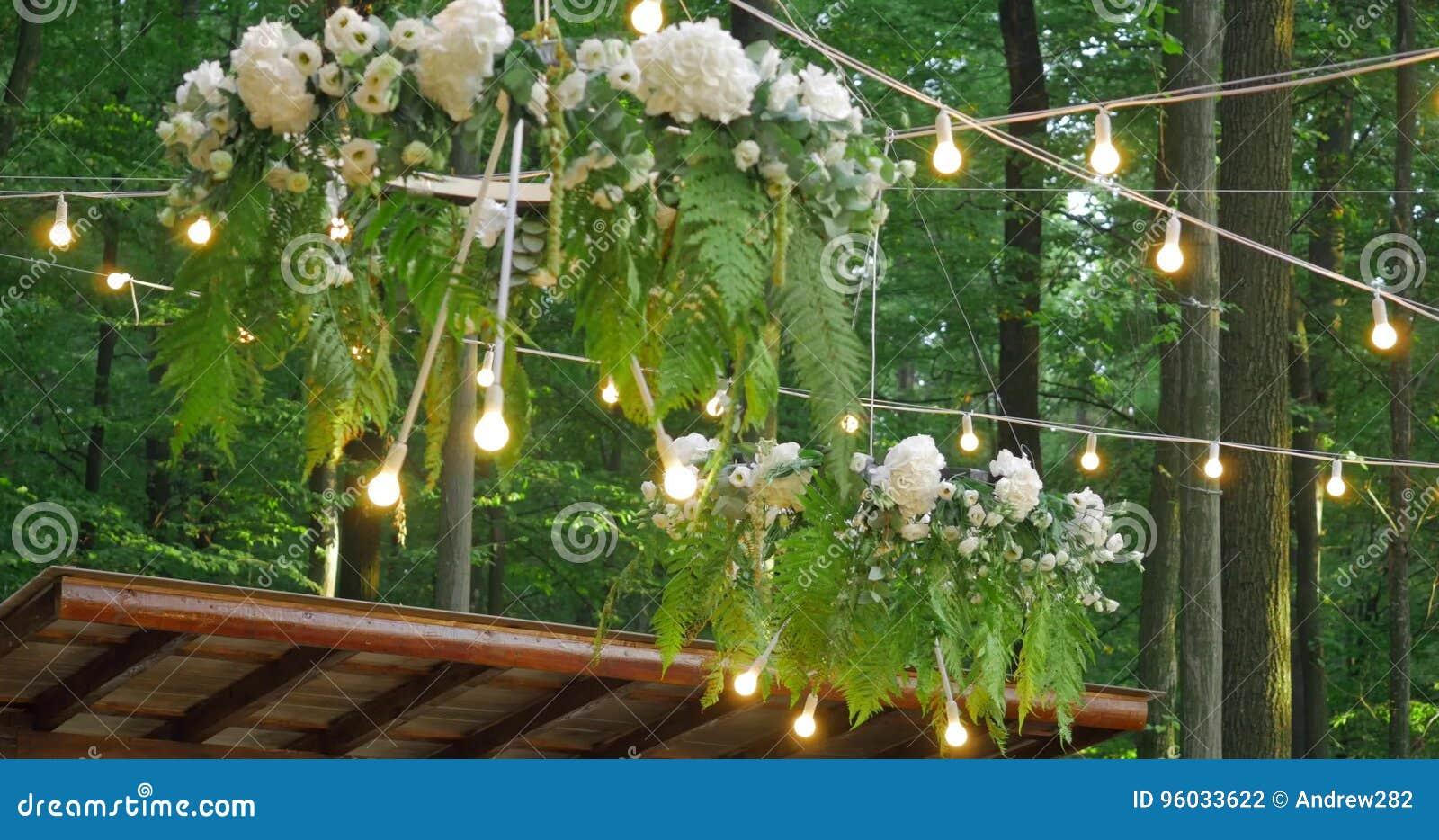 Biali ślubów krzesła z kwiatami ceremonia poślubiać target1640_1_ Ślubny ustawianie w ogródzie