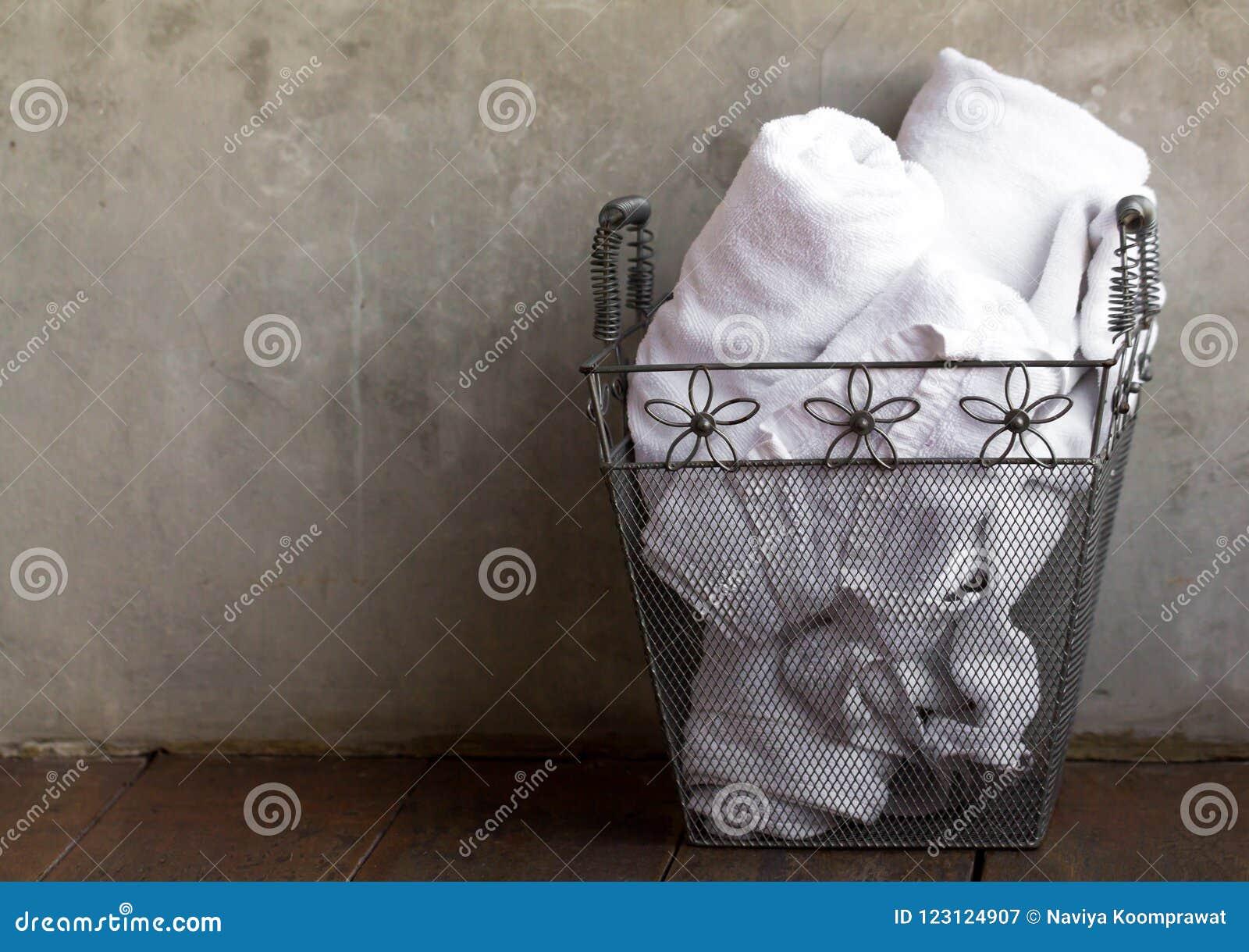 Biali ręczniki w metalu koszu