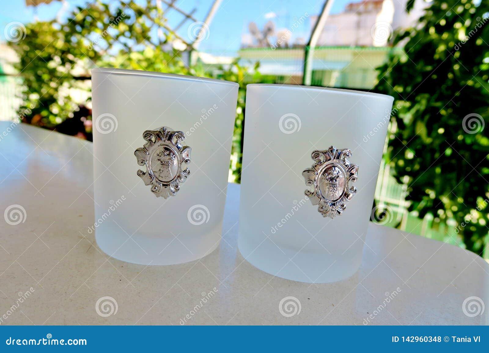 Biali szkła dla różnych napojów, szkła na stole