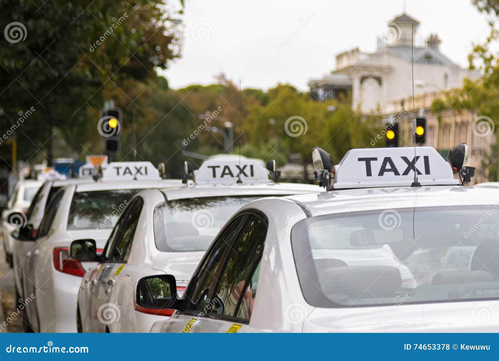 Biali taxi samochody parkuje wzdłuż footpath w Adelaide, Australi