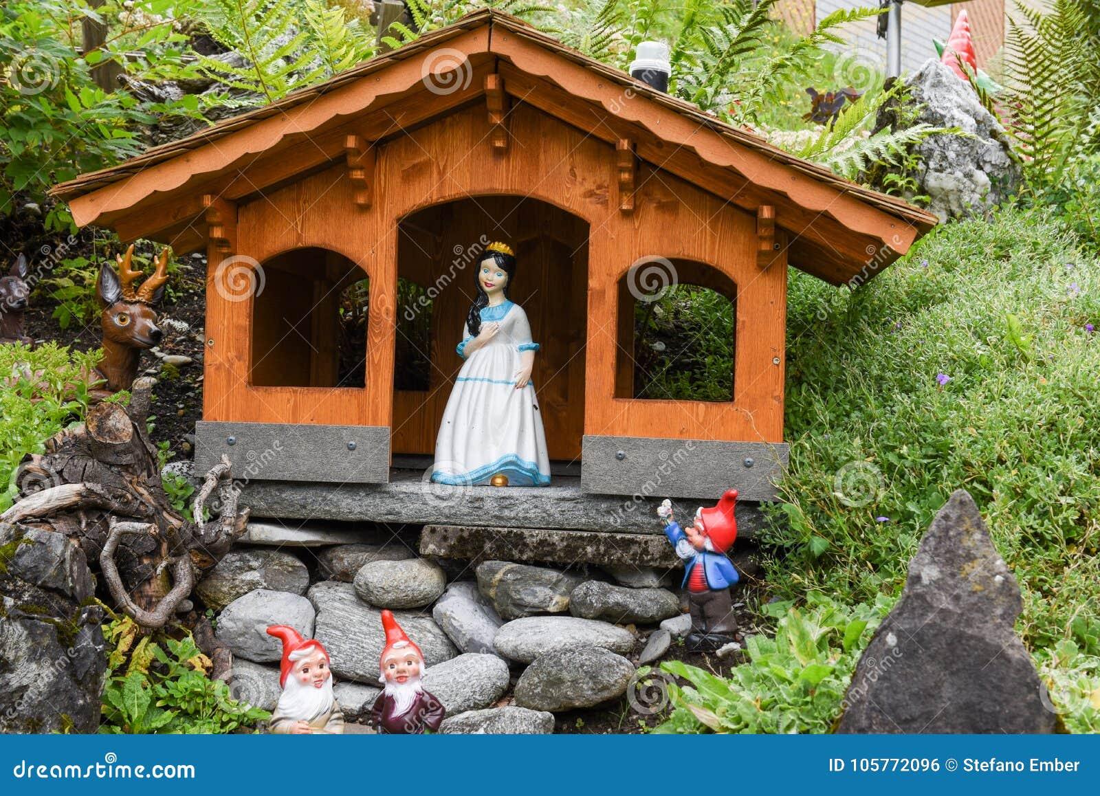 Giardino Di Una Casa biancaneve e nani su un giardino di una casa fotografia