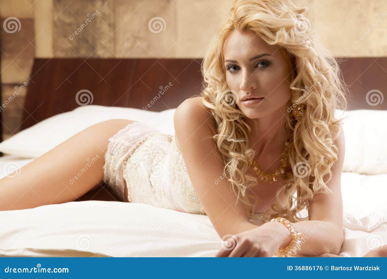 Download Biancheria D'uso Di Eleganza Della Bella E Donna Sexy Fotografia Stock - Immagine di piedini, base: 36886176