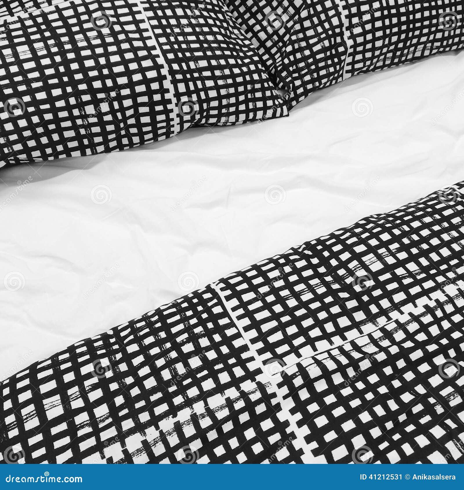 Cuscini Bianchi E Neri biancheria da letto in bianco e nero con i cuscini immagine
