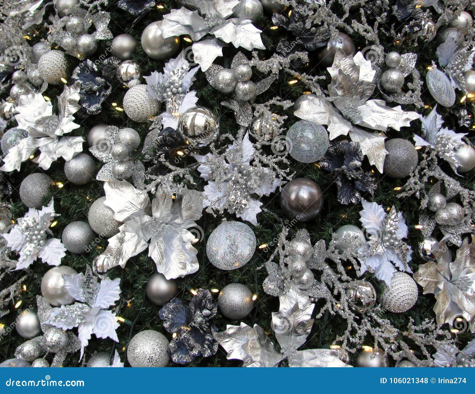 Albero Di Natale Argento E Bianco.Bianco Dell Albero Di Natale Argento E Decorazioni Blu Fotografia Stock Immagine Di Flangia Fiori 106021348