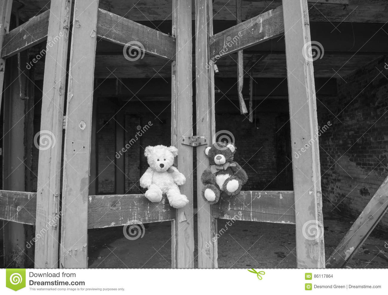 Bianco e nero di Teddy Bears Sitting On Derelict Fie Station Bay Doors In