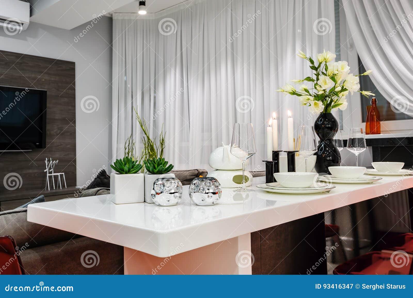 Bianco Moderno Che Pranza Insieme Nella Sala Da Pranzo Di ...