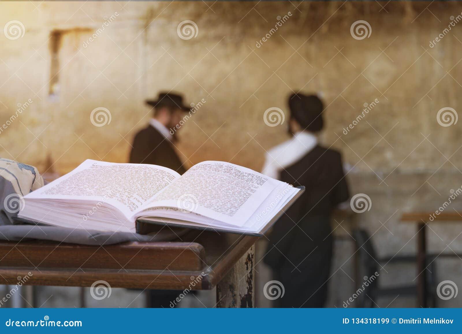 Bibbia ebrea sulla tavola, parete occidentale lamentantesi, Gerusalemme, Israele il libro del Torah-the Pentateuch di Mosè è aper