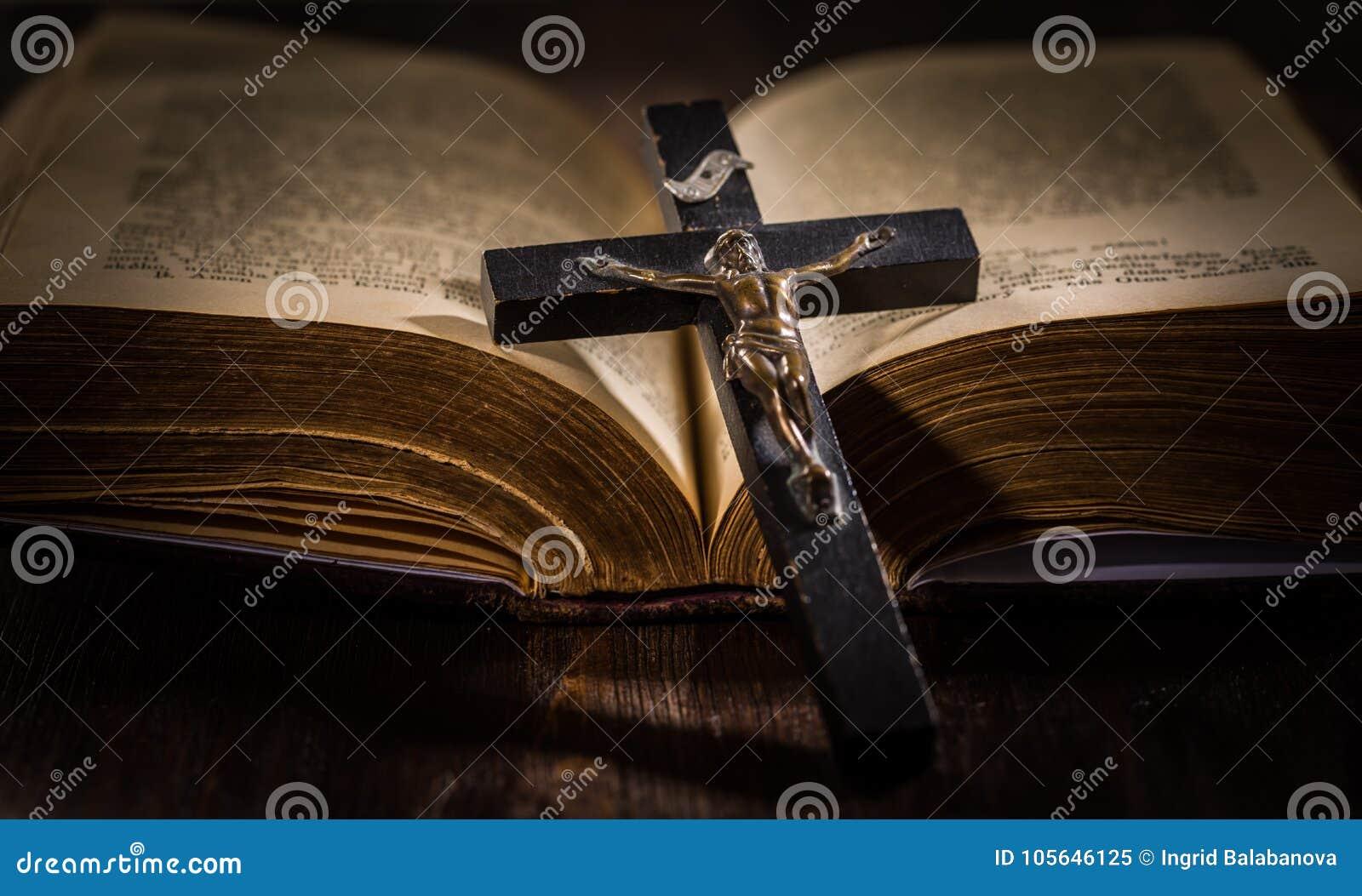 Bibbia santa con l incrocio di legno
