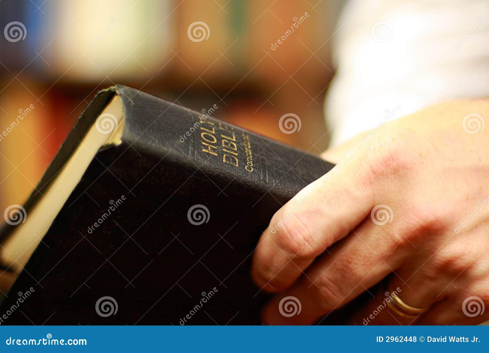 Bibel in den Händen