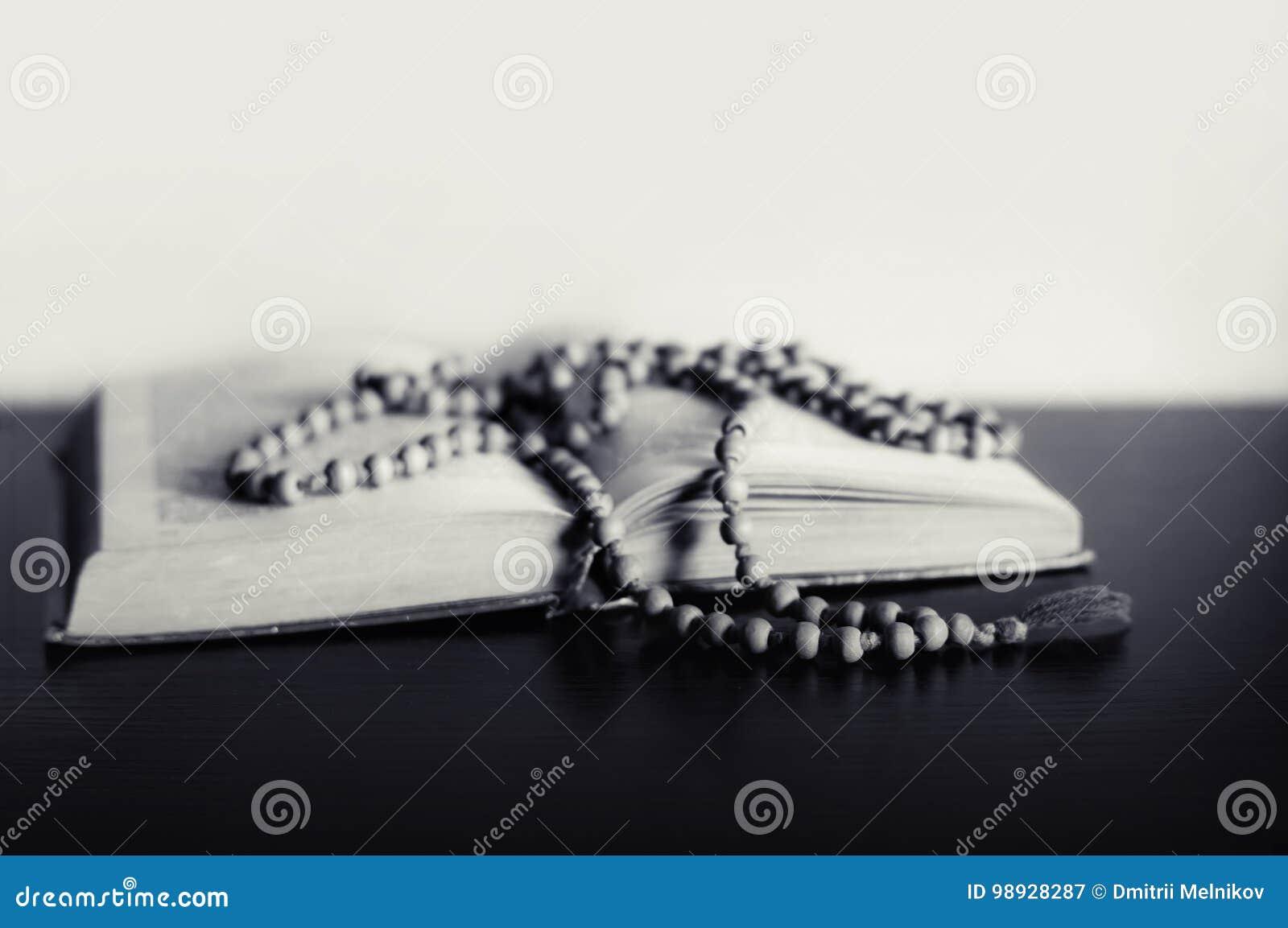 Bibel och korset på en tabell