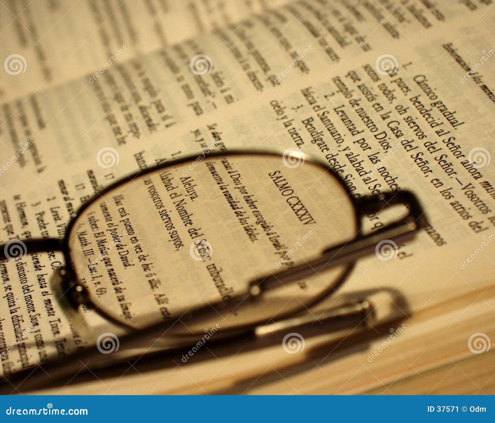 Download Bibel und Gläser stockbild. Bild von berechtigung, kontakt - 37571