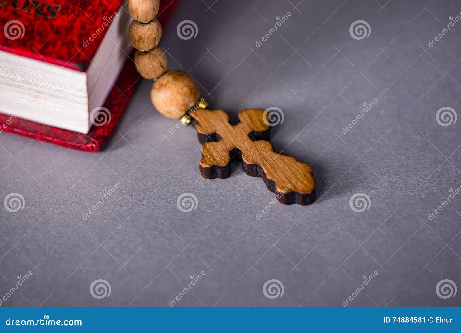 Bibeln och korset i religiöst begrepp