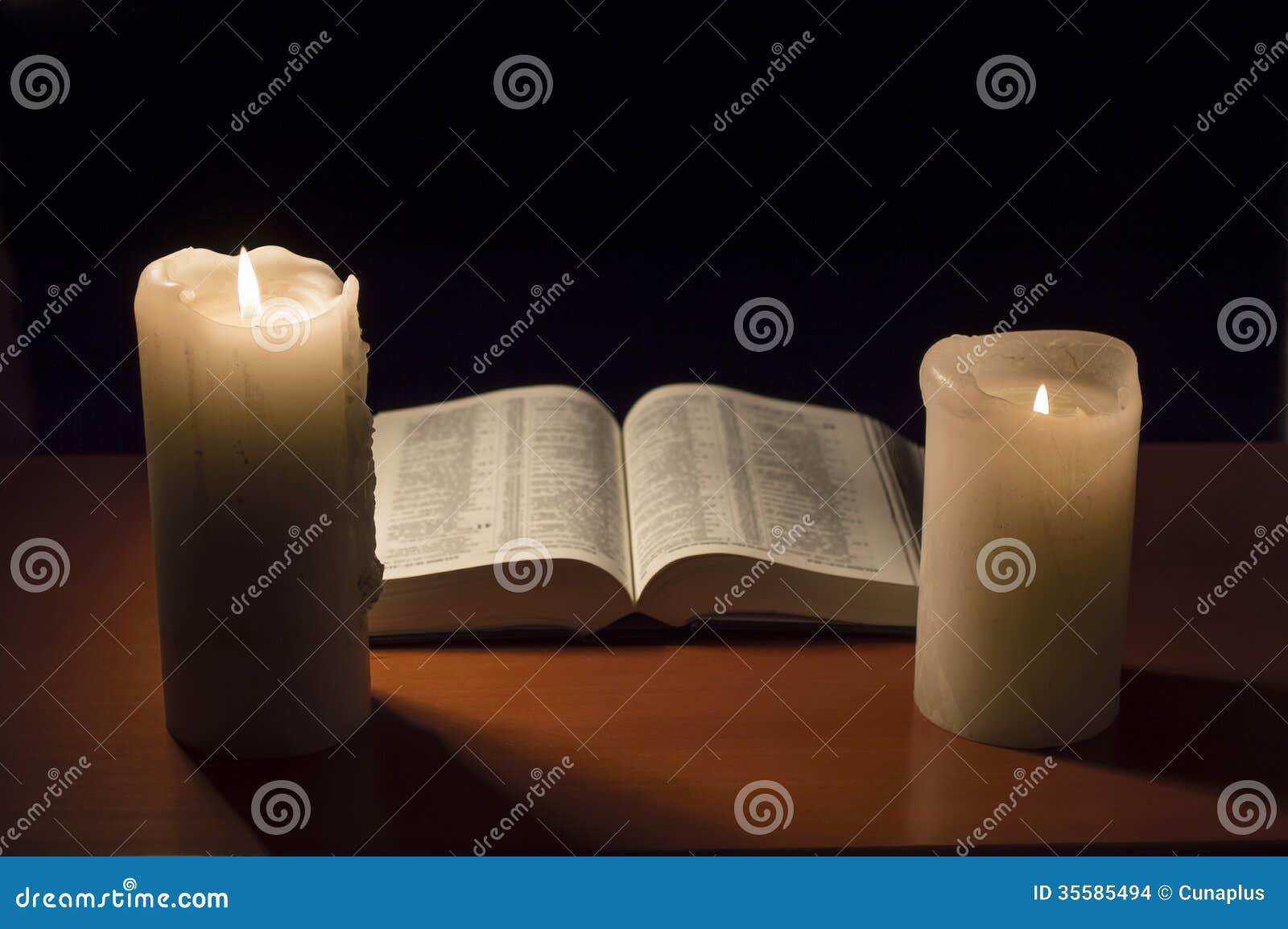 bible avec la lueur d 39 une bougie images stock image 35585494. Black Bedroom Furniture Sets. Home Design Ideas