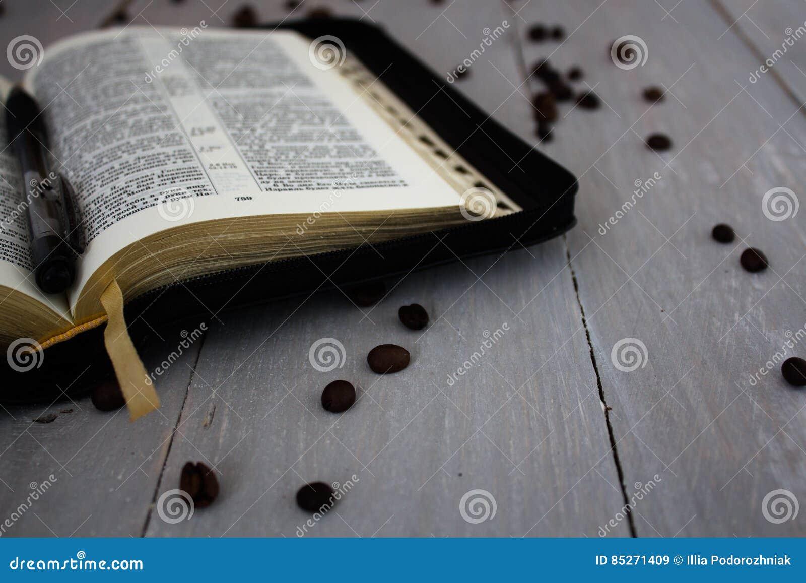Bible et café sur le conseil en bois