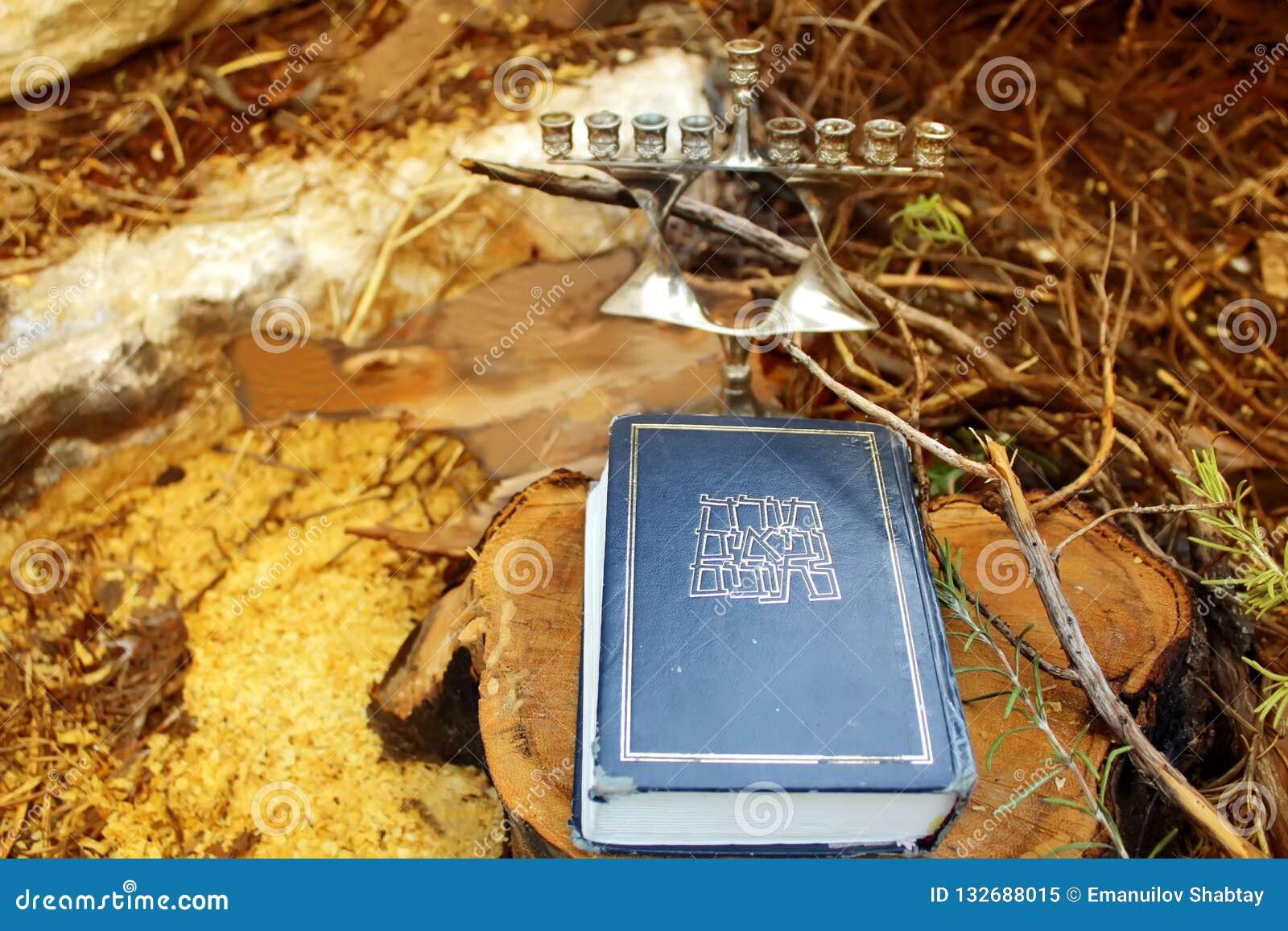 Bible hébraïque ou Tanakh - Torah, Neviim, Ketuvim - et chandelier juif Menorah Image des vacances juives Hanoucca