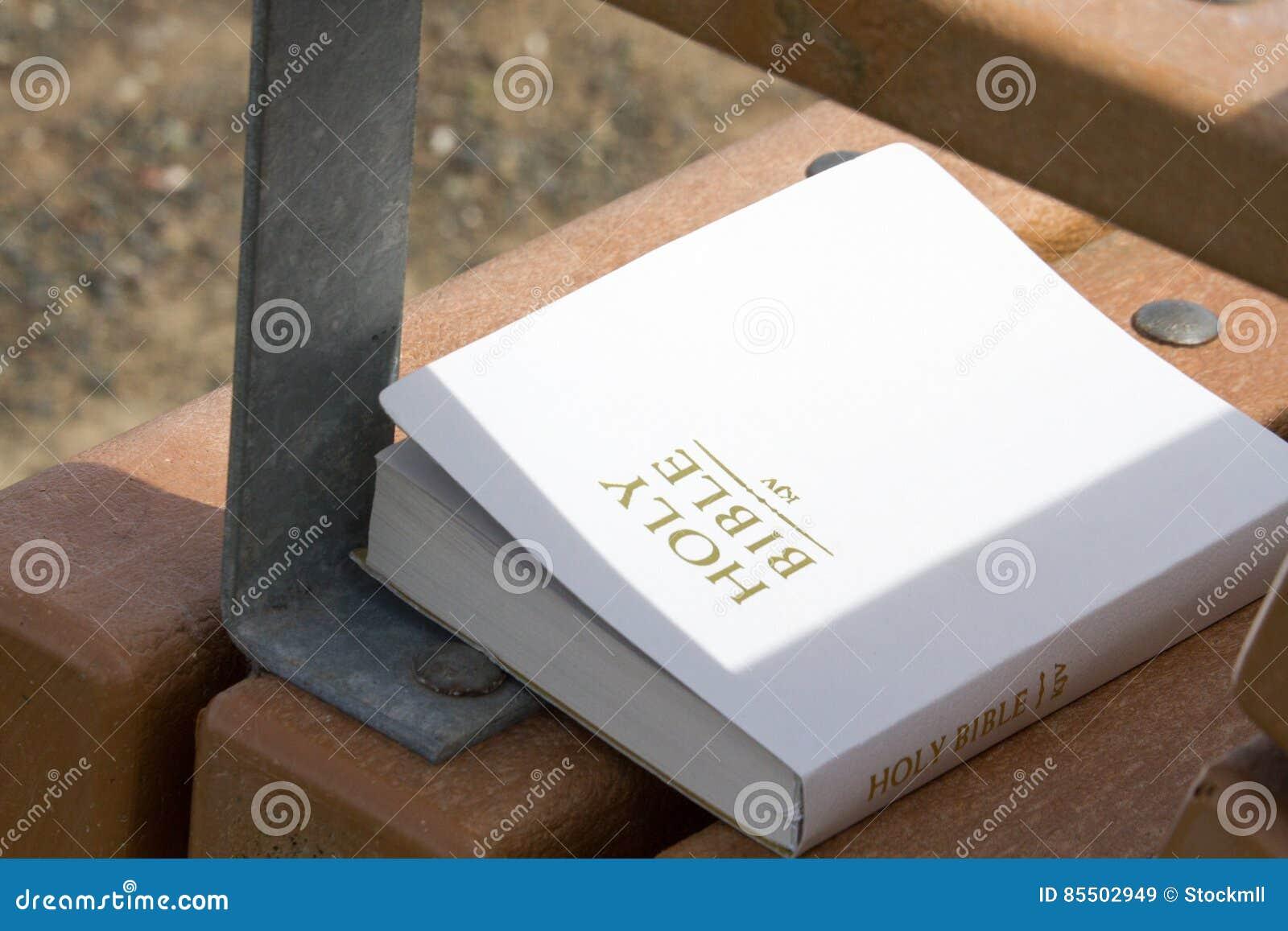Bible sur le banc de parc