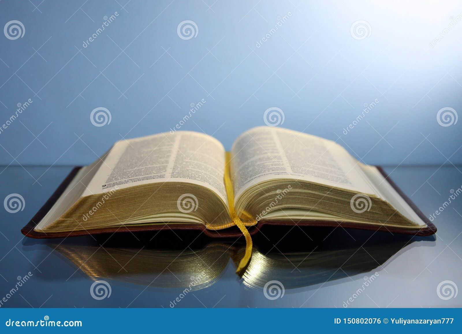 Biblia Abierta Con Las Letras Del Oro Con Una Cubierta De Cuero Reflejada En Una Tabla De Cristal Foto De Archivo Imagen De Cristal Cubierta 150802076