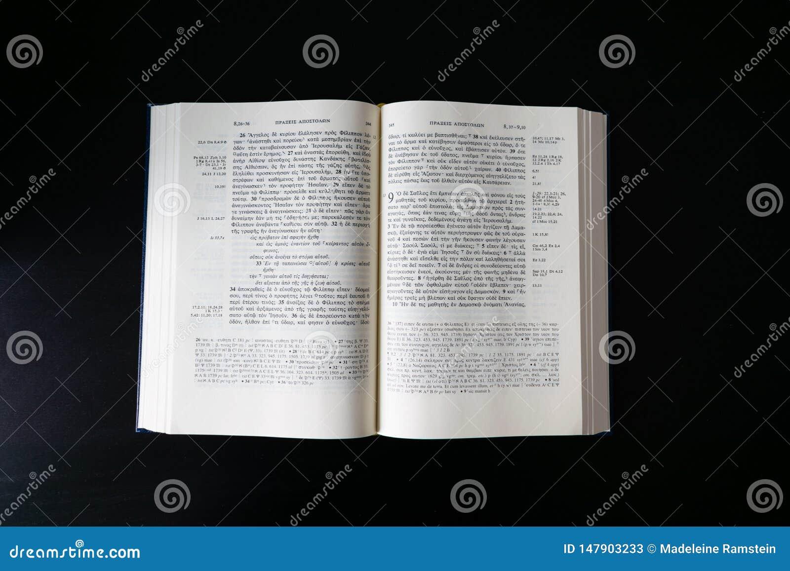 Biblia abierta puesta plano, nuevo testamento griego Novum Testamentum Graece En fondo negro