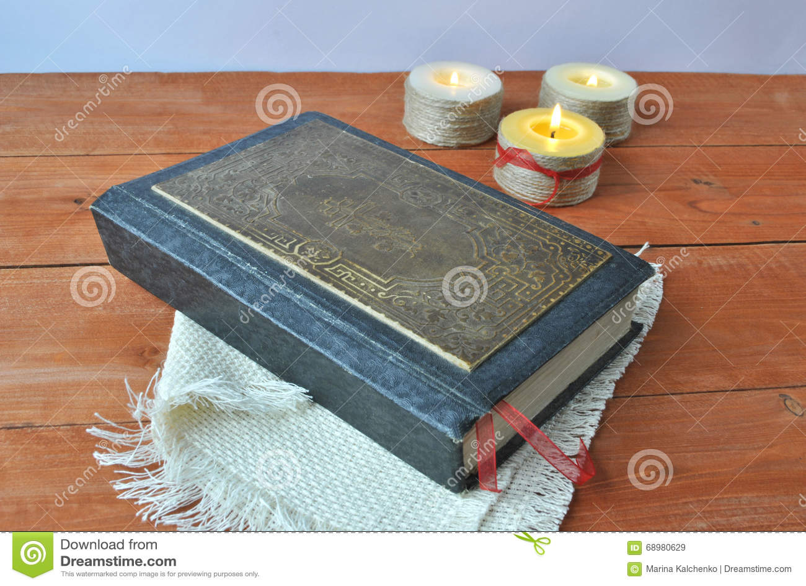 Biblia antigua en un fondo de velas