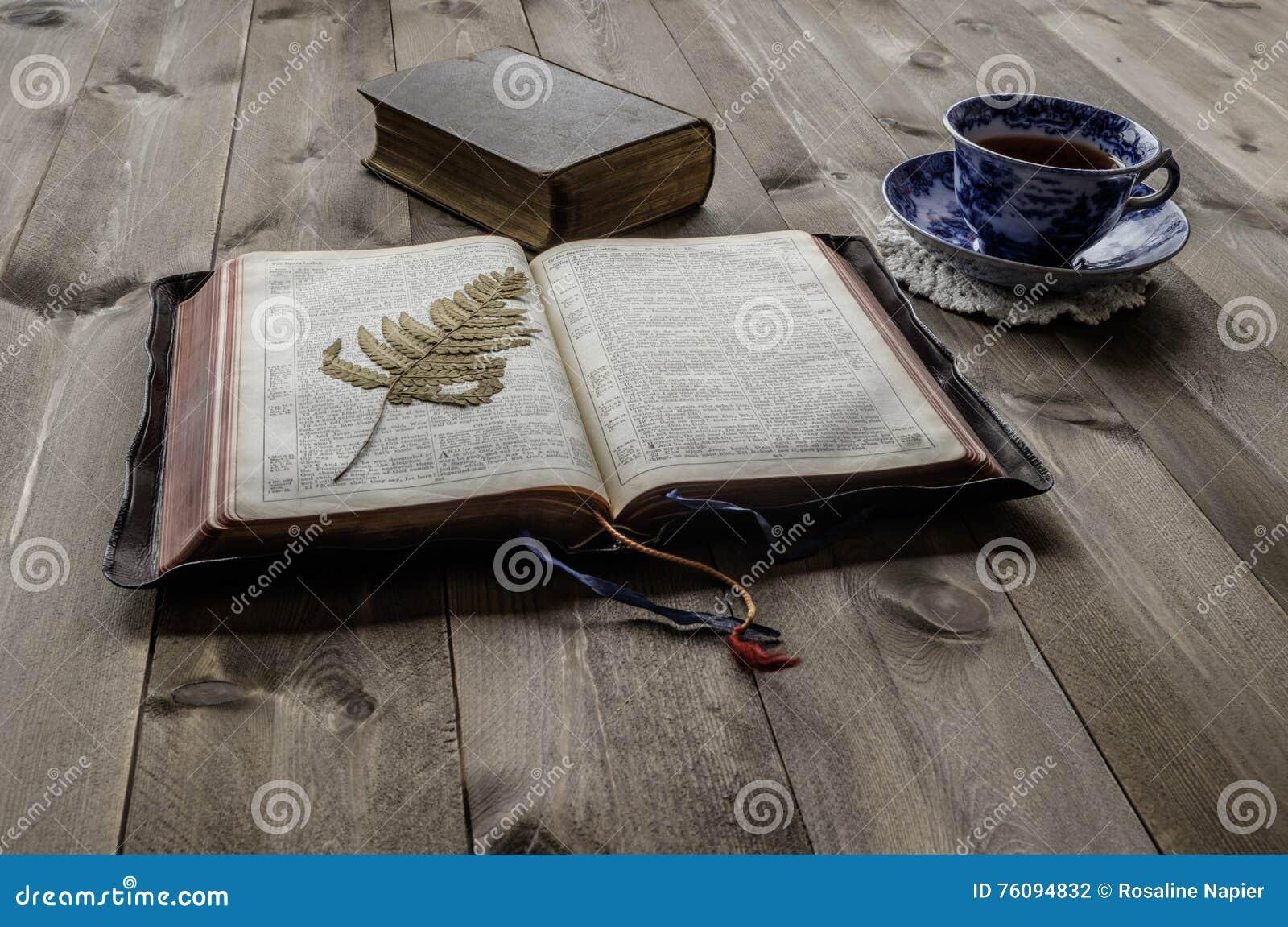 Biblias Abiertas Y Cerradas Con La Taza De Té Foto De Archivo