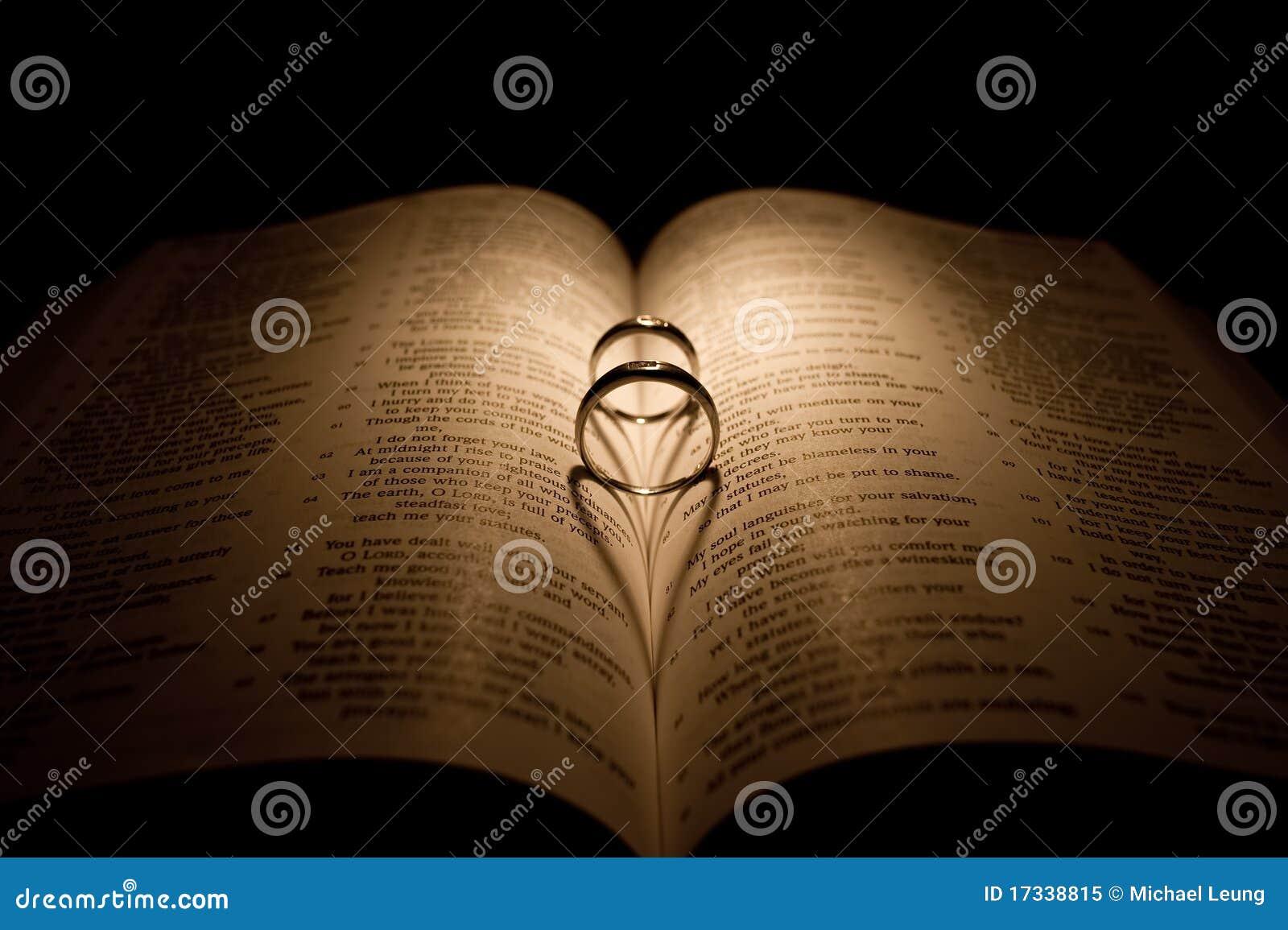 Biblii diamentowego pierścionku ślub