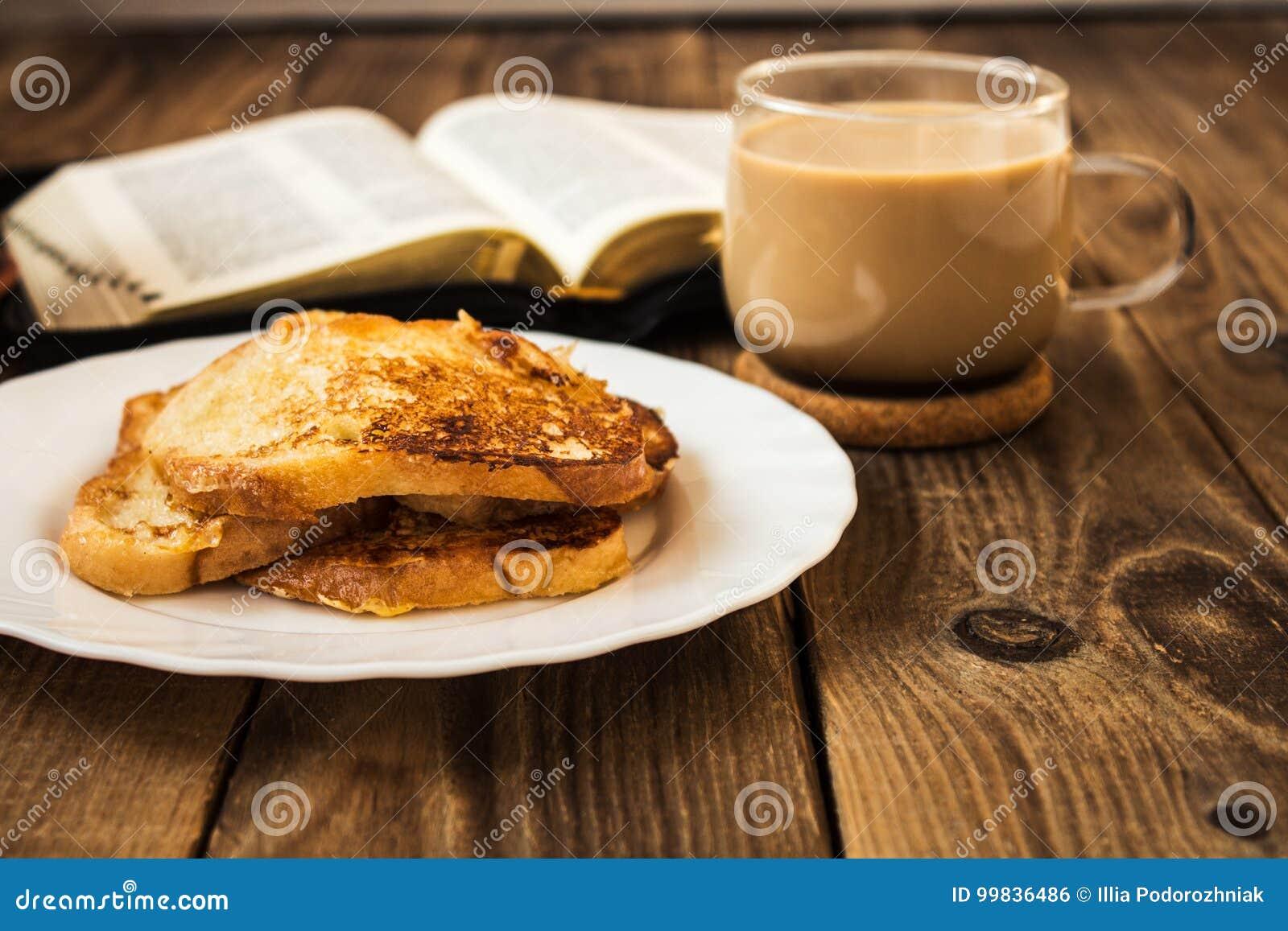 Biblii i kawy śniadanie z grzanką