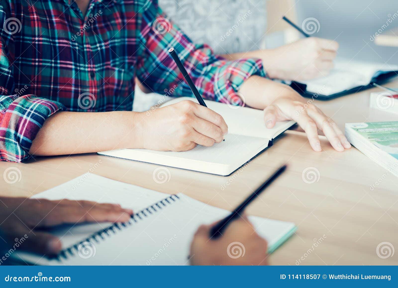 Biblioteca de Doing Homework In del estudiante