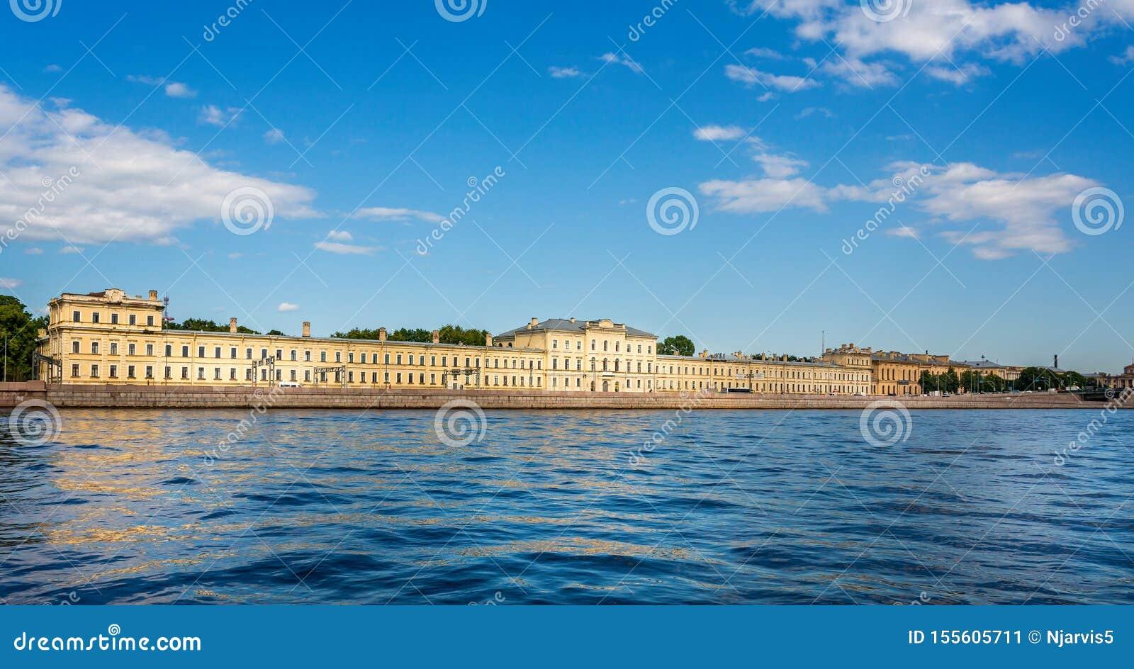 Biblioteca fundamental de la universidad politécnica de St Petersburg del río Neva en St Petersburg