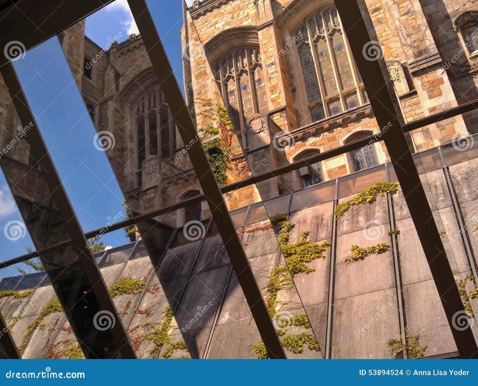 Biblioteca jurídica de la Universidad de Michigan vista a través de una ventana más baja