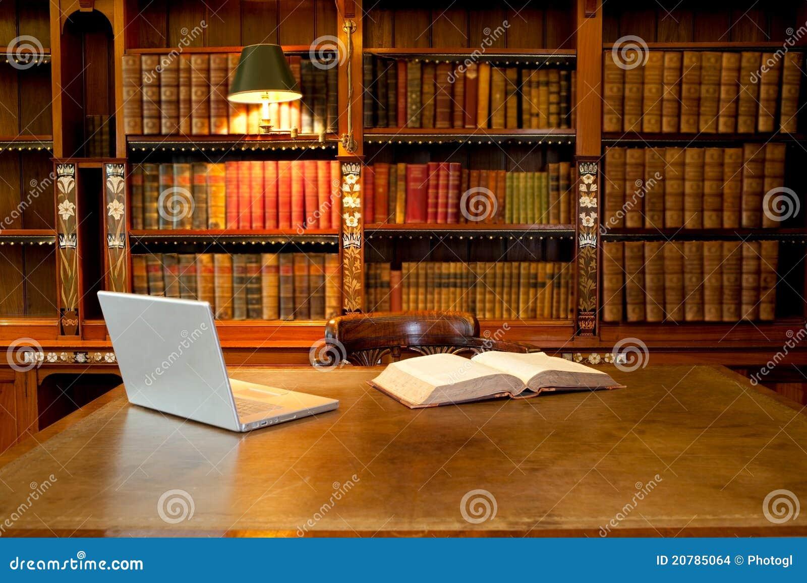 Biblioteca, ordenador y escritorio