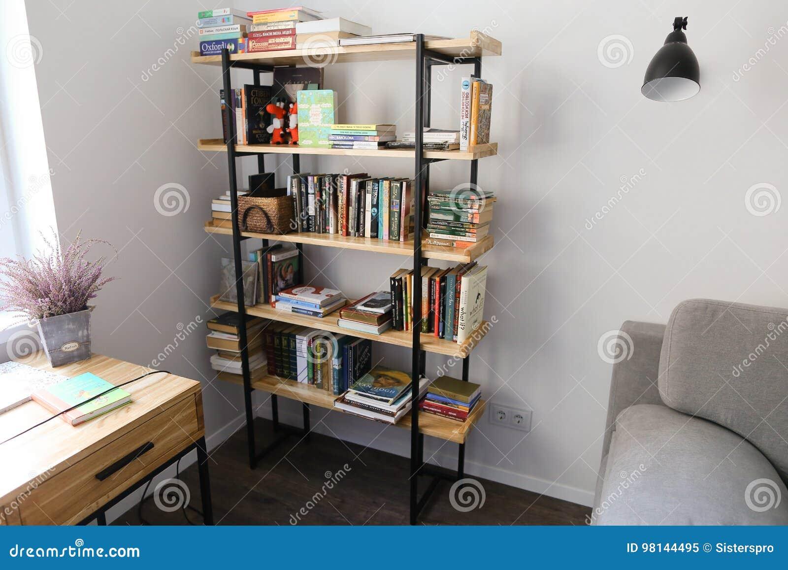Bibliothèque dans le bureau meublé pour le travail ou les loisirs
