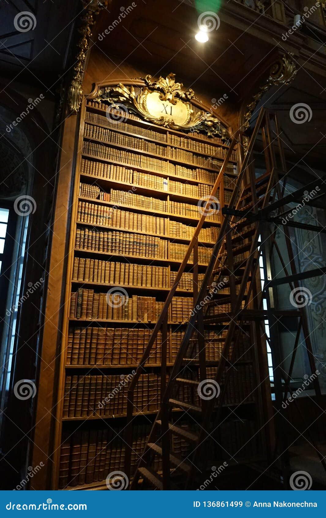 Bibliothèque dans le hall principal de la bibliothèque autrichienne nationale dans le palais de Hofburg