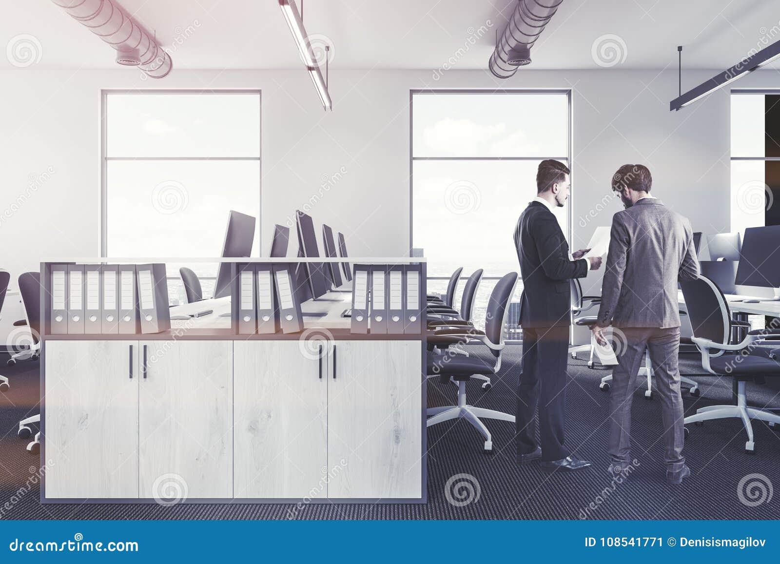 Bibliothèque intérieure de bureau blanc les gens image stock