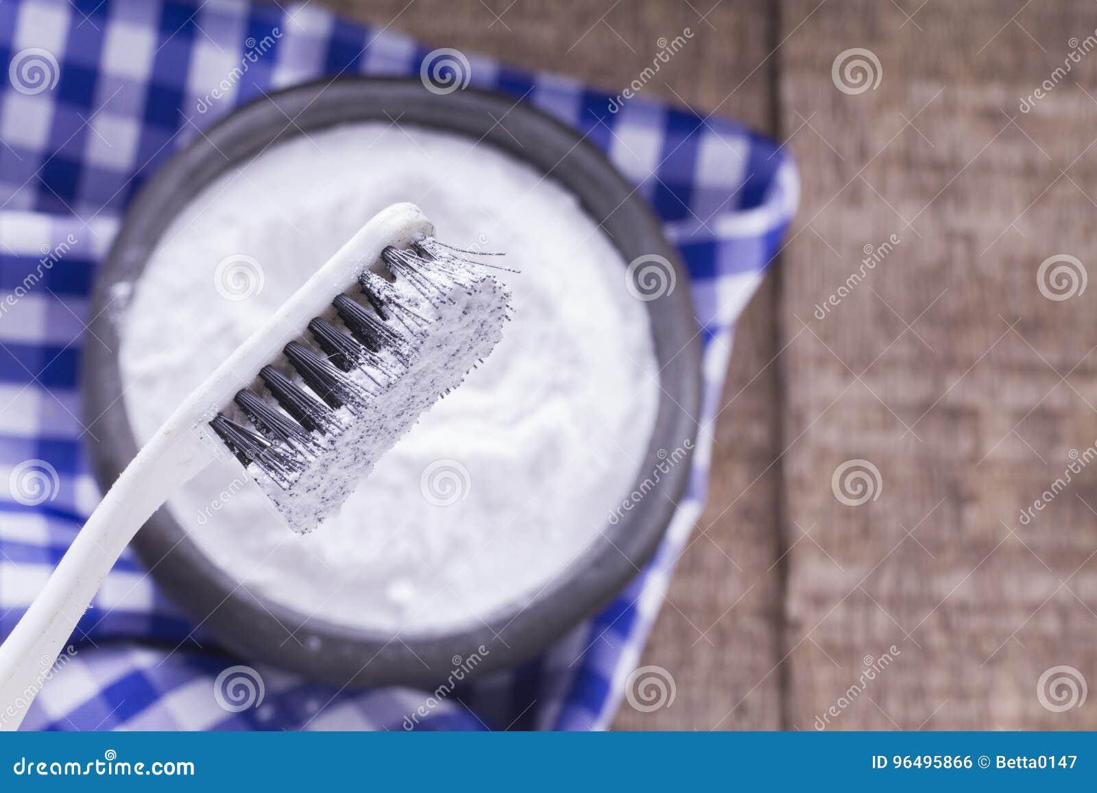 Bicarbonate de soude et brosse