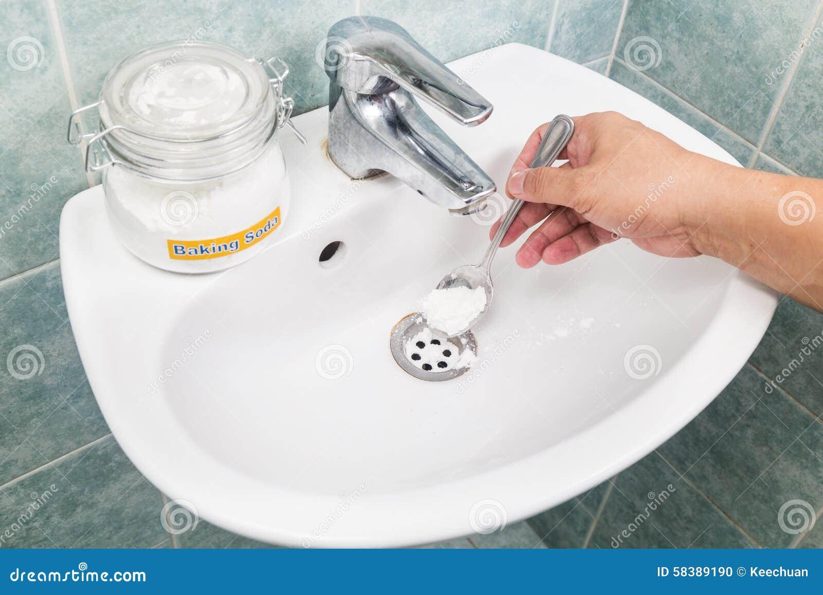 bicarbonate de soude versé pour déboucher la canalisation à la