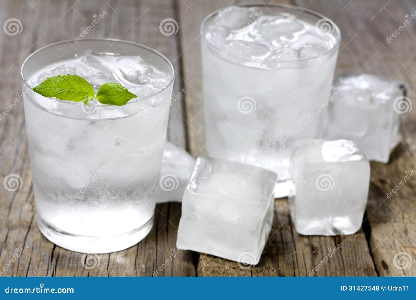 Bicchiere D'acqua Con I Cubetti Di Ghiaccio Fotografia Stock - Immagine: 31427548