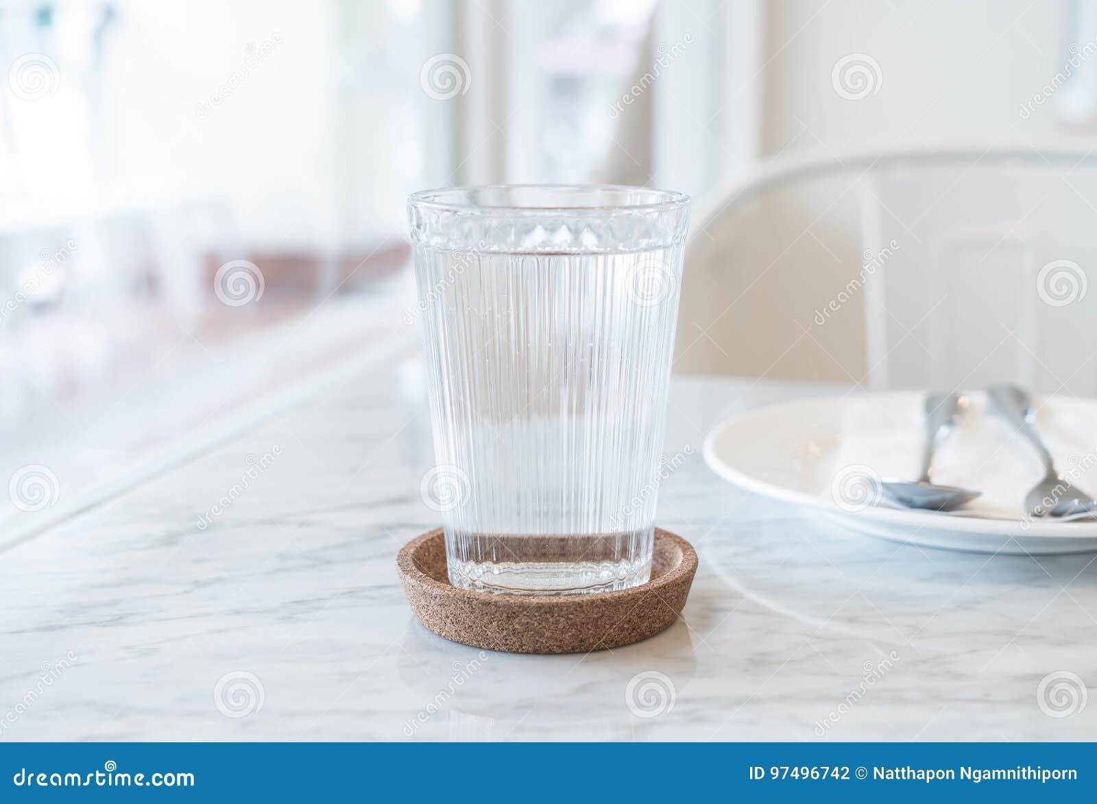 Bicchiere d acqua sulla tavola dinning