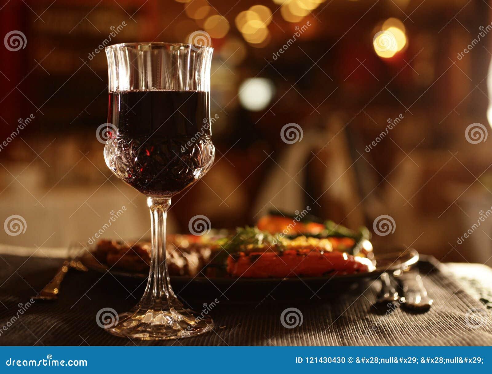 Bicchiere di vino e cena accanto