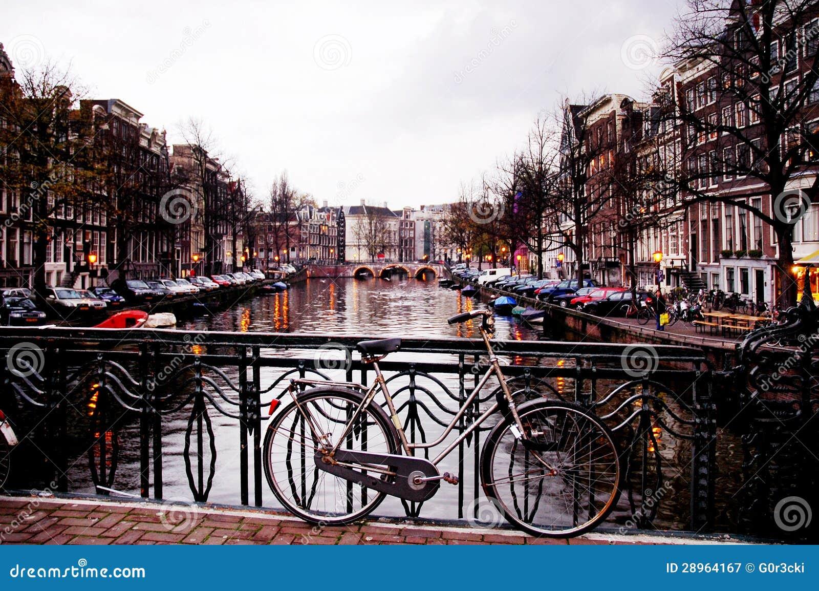 Bici contro un ponte dal crepuscolo amsterdam fotografia for Affitto bici amsterdam