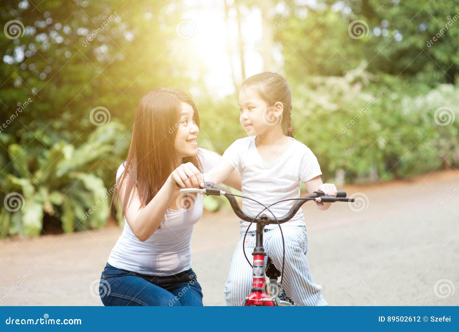 Bici del montar a caballo de la madre y de la hija al aire libre
