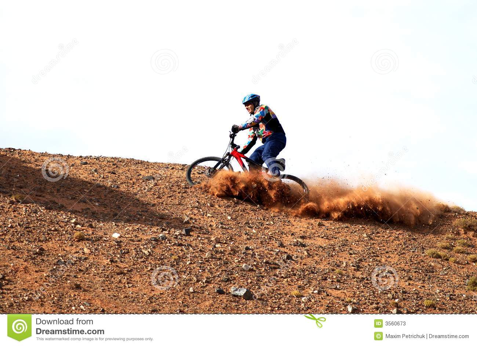 Bici in discesa sulla collina rossa