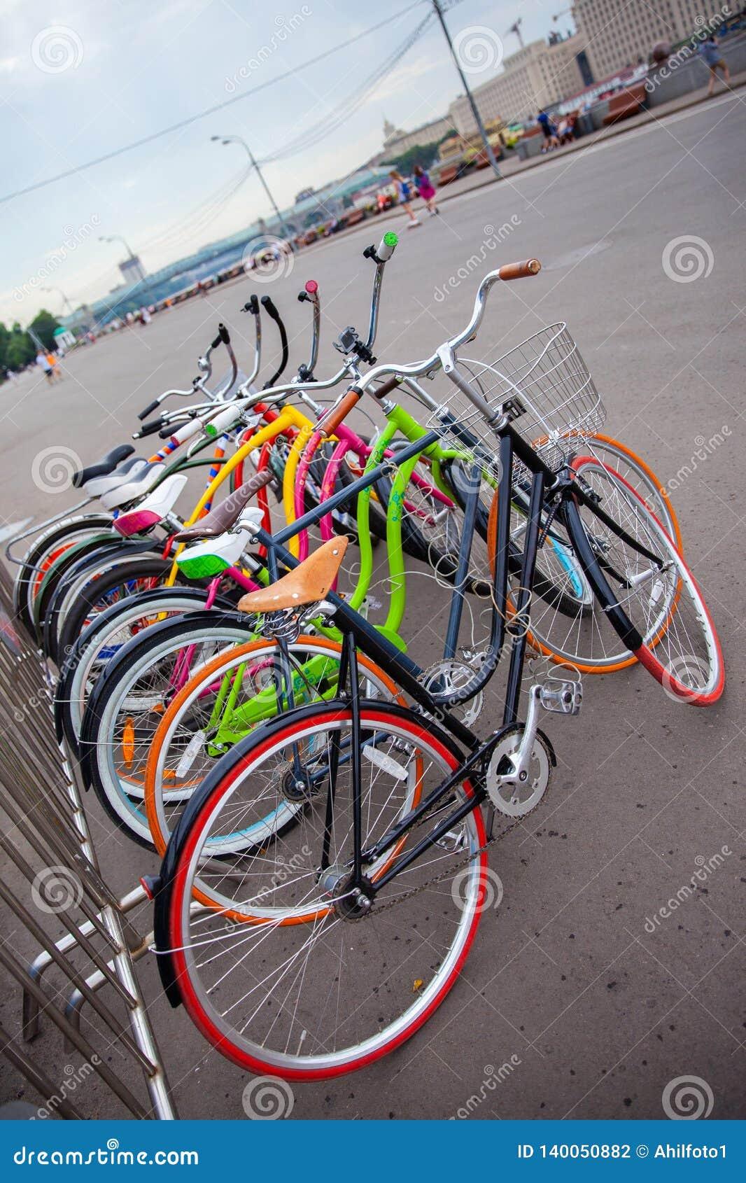 Bici multicolori parcheggiate della strada