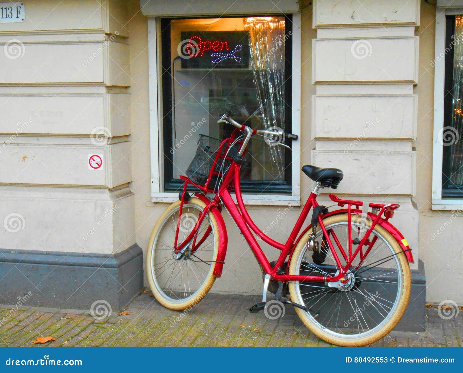 bici rossa a amsterdam fotografia stock editoriale