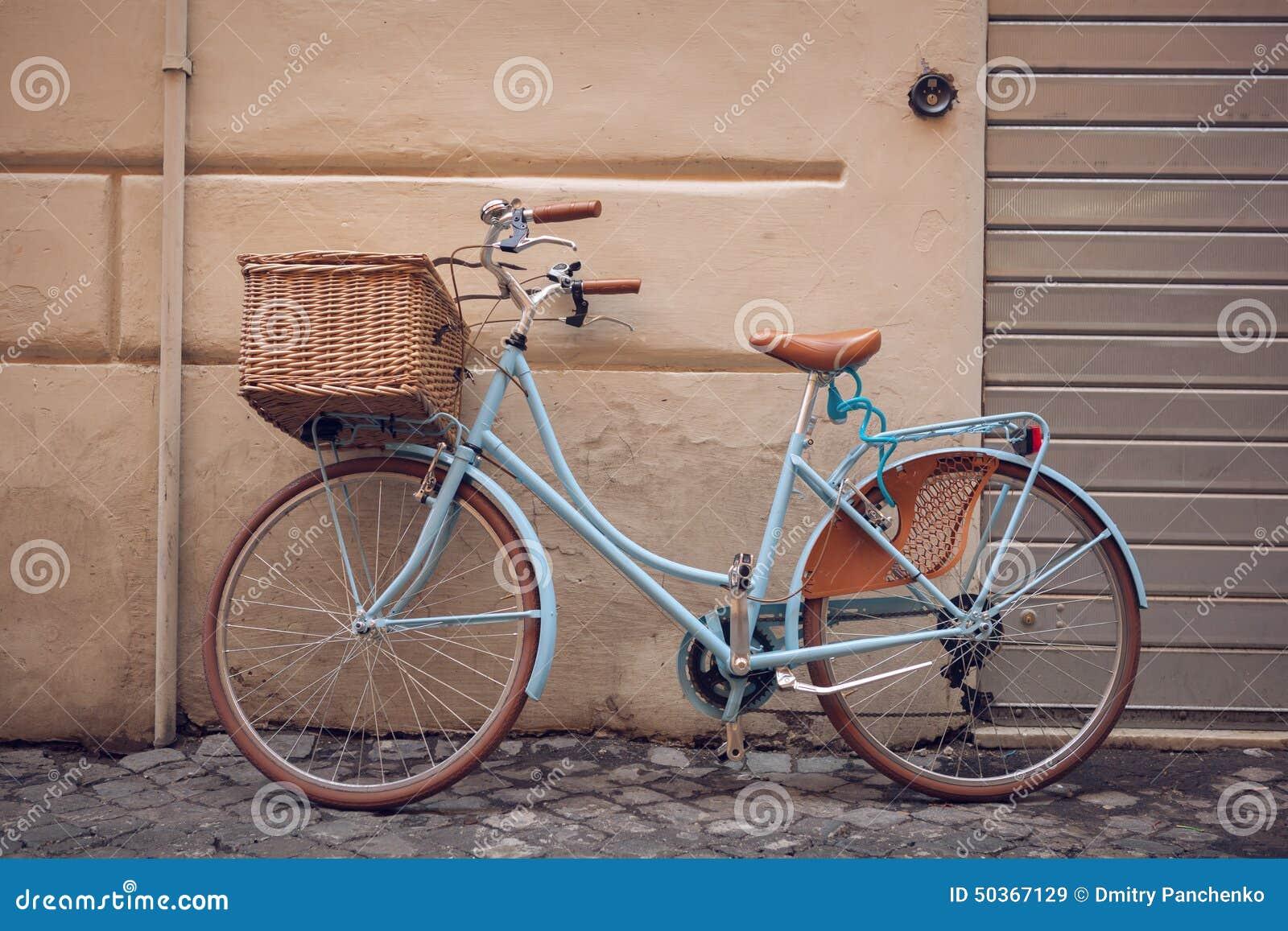 Bicicleta azul da cidade do vintage com cesta foto de - Cestas para bicicletas ...