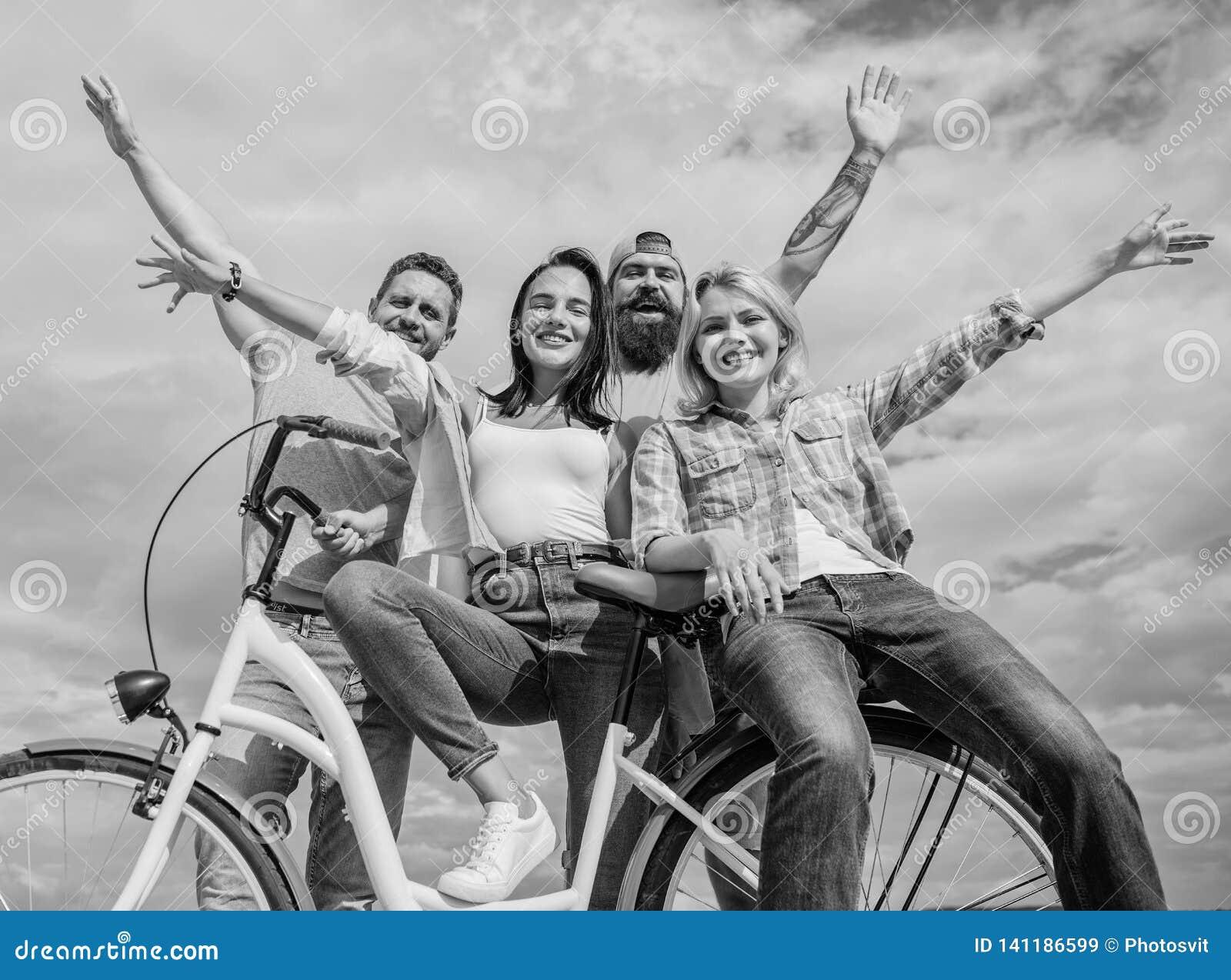 Bicicleta como parte da vida Modernidade do ciclismo e cultura nacional Os amigos do grupo penduram para fora com bicicleta Bicic